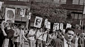 1969 Studenti recesisti v prvomaj sprievode s vlastnymi portretmi pred tribunou ©Foto Peter Prochazka SPP
